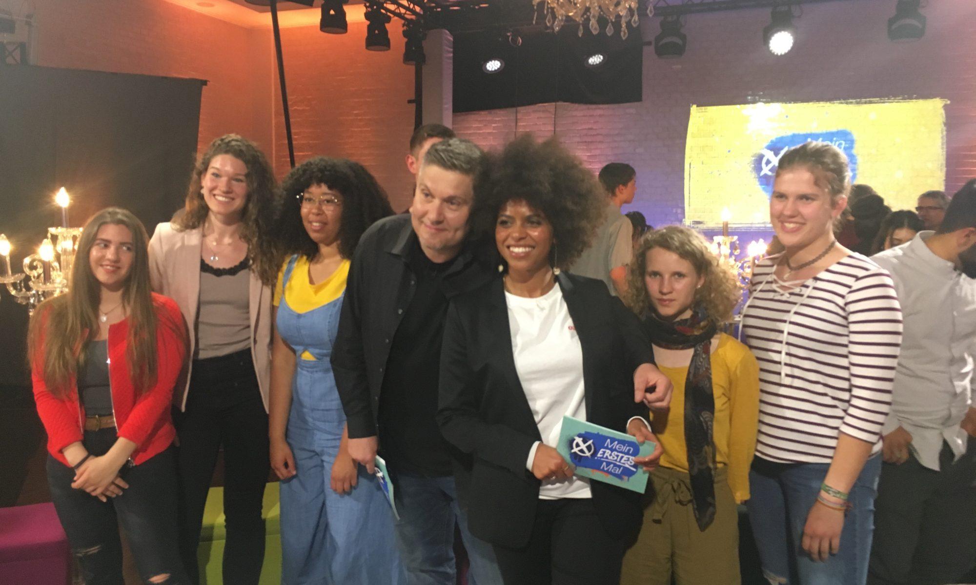 """Aminata Belli und Andreas Stamm mit Erstwählern von """"Mein erstes Mal""""."""